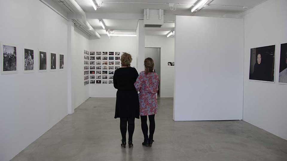 Twee galeriehouders op de rug gefotografeerd
