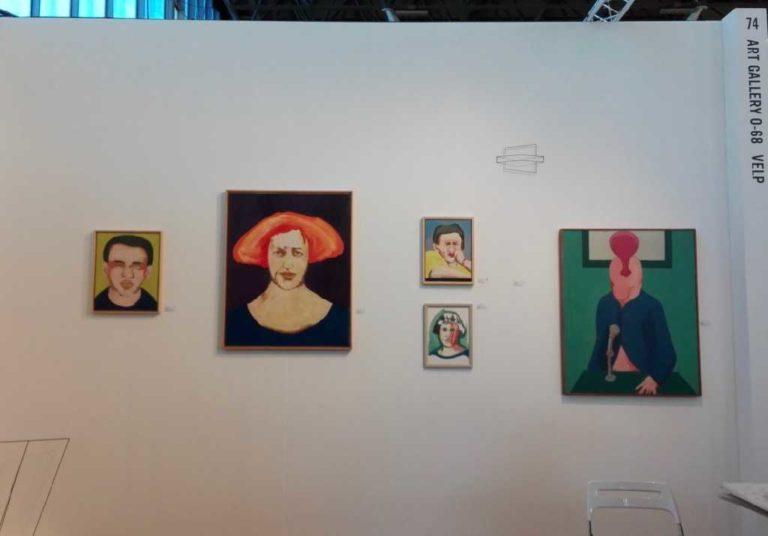 Galeriewand op kunstbeurs met geschilderde portretten van Ad Gerritsen, KunstRai 2019