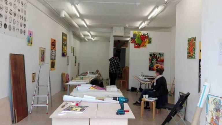 Beate_Schwarz (zakenpartner) tijdens de opbouw van de Lamelos expo