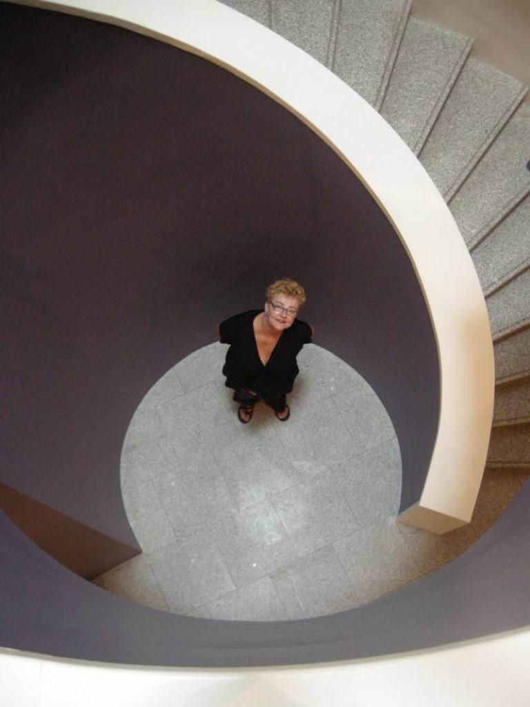 Mirjam Hijstek in de paarse ronding van een Portugees museum